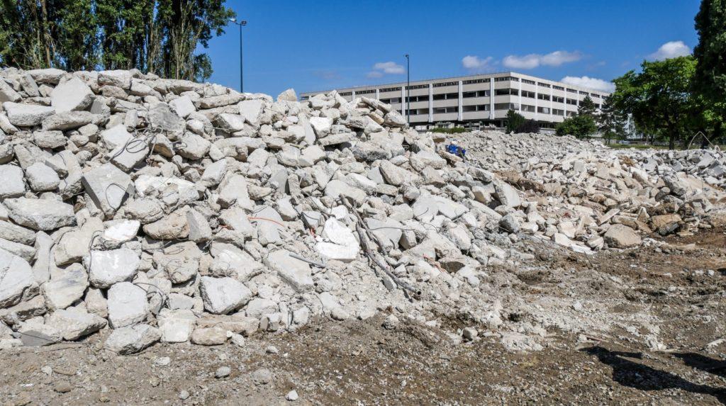Tas de béton et de gravats sur chantier de démolition