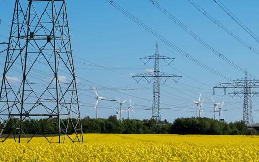 Pylônes électriques et éoliennes