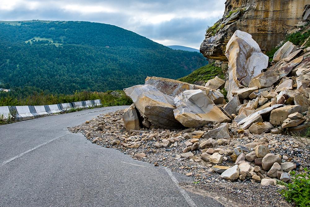 Chute de rochers sur une route